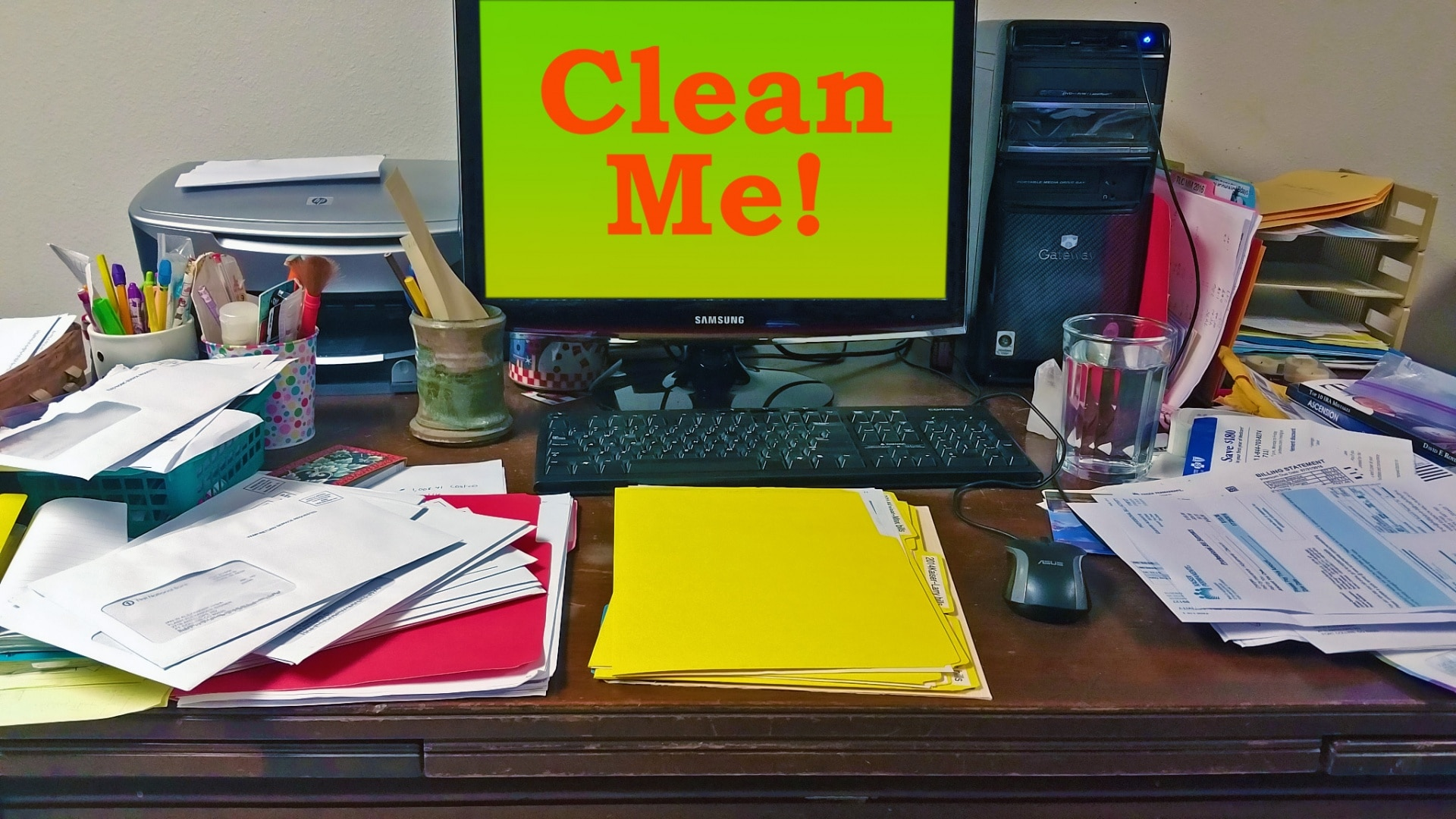 messy-desk-clean-me